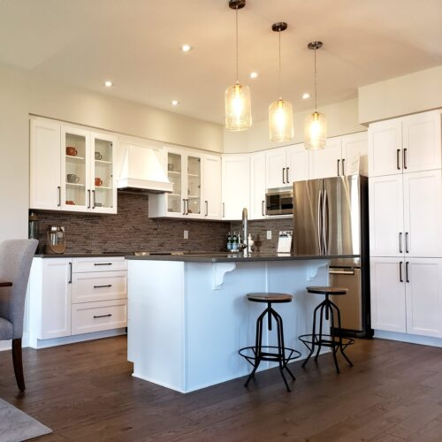 kitchen-island-lighted-up-with-hanging-chandeliers